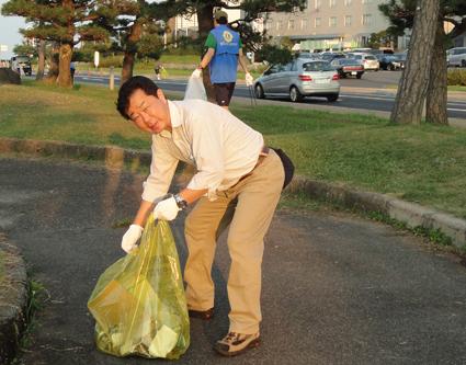 一つ一つゴミを拾い集めます(水郷祭翌朝清掃)