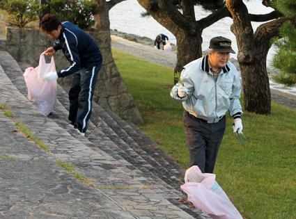 丁寧にゴミを拾い集めるメンバー