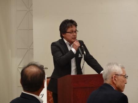 テント贈呈式で説明をするL.安部委員長