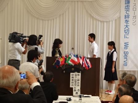 L.新出会長から松江養護学校の生徒代表に目録贈呈