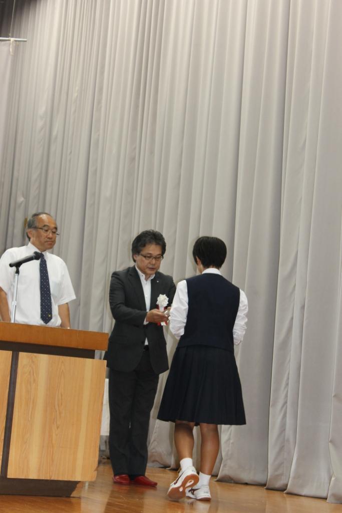 入賞の生徒さんを表彰する安部委員長
