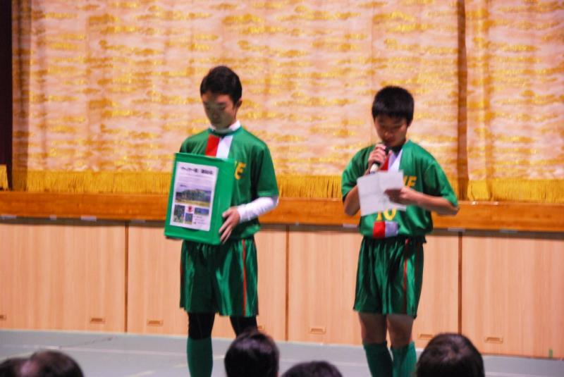 サッカー部は優秀な成績で県大会に優勝!全国を目指せ!