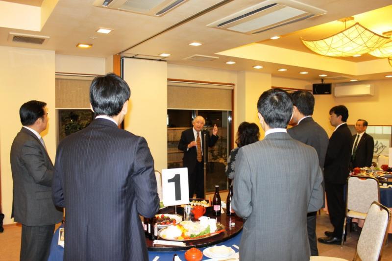 乾杯の音頭をとる講師役を務められた川井第2副会長