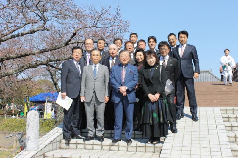 大口町の裁断橋で記念撮影丹羽・松江湖城LC姉妹クラブメンバー