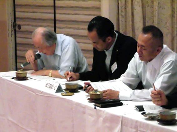 クラブの取り組みについて報告する川井会長と錦織幹事、宮本第一副会長