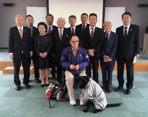 矢野健様と盲導犬ハダル、当クラブ参加者の皆さん