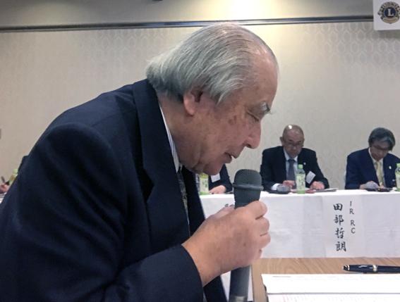 質問に答える川井会長