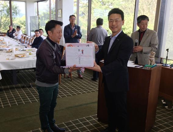 優勝者に賞品を渡す石松第二副会長