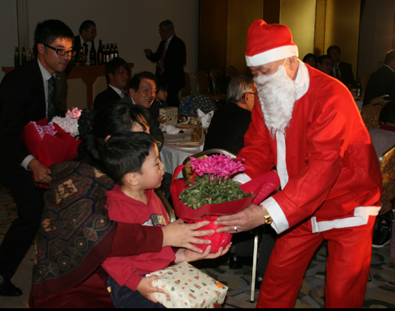 サンタが登場してプレゼント