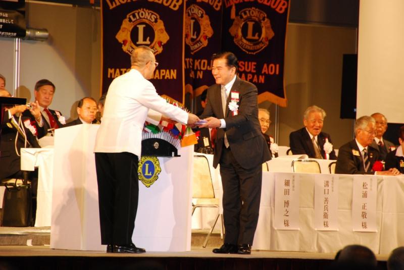 坂根ガバナーから表彰を受ける松江湖城LC宮脇会長