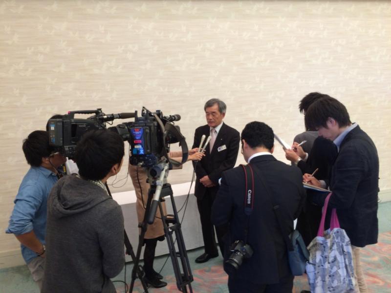 報道各社から取材を受ける吉岡会長