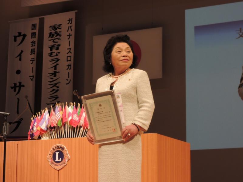 総合最優秀クラブを受賞した木村会長の雄姿